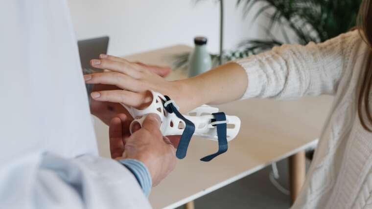 Szyna ortopedyczna czy opatrunek gipsowy?